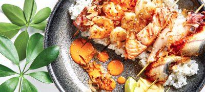 Spiedini di mare con riso e radicchio