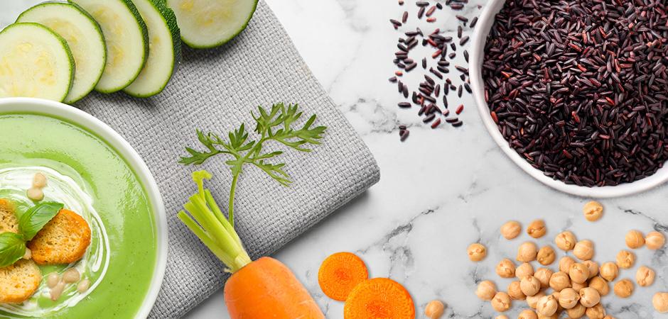 Riso venere con ceci e carote su vellutata tiepida di zucchine